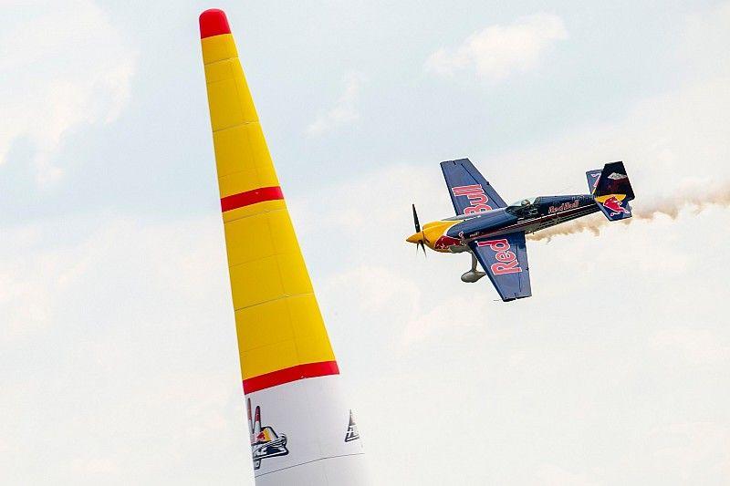 Une démonstration de la Red Bull Air Race pour faire frissonner les Red Bull Race Day !