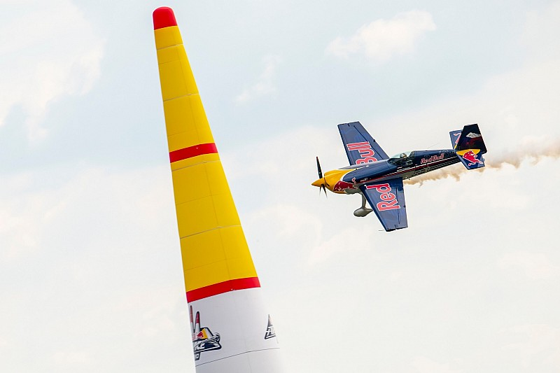 Une démonstration de la Red Bull Air Race pour faire frissonner les Red Bull Race Day !