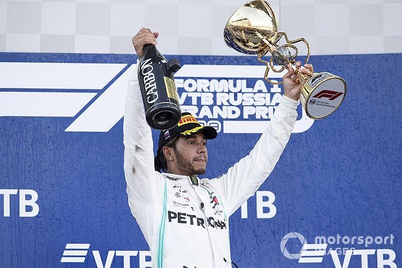 Ferrari se atrapalha, Hamilton aproveita estratégia e vence GP da Rússia de F1