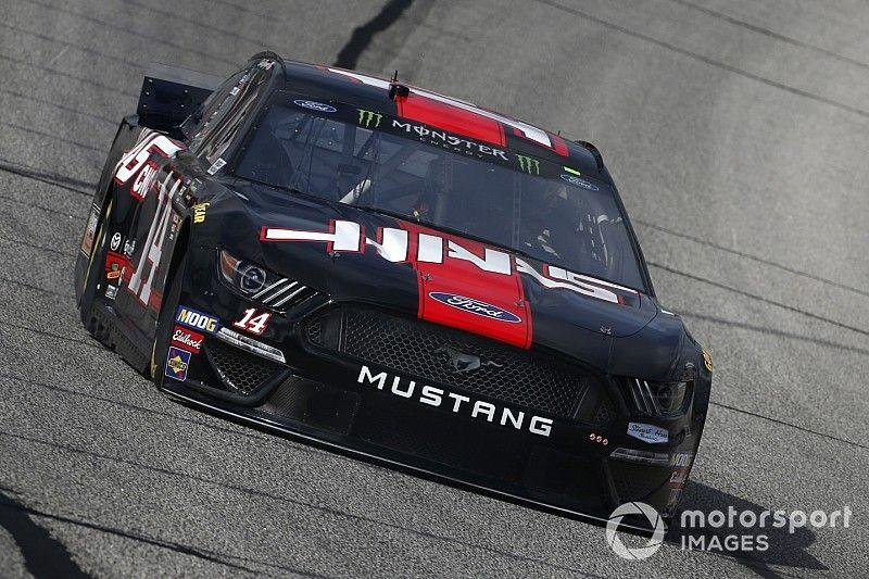 Clint Bowyer lideró la práctica final de NASCAR y Kyle Busch arrancará desde atrás en Atlanta
