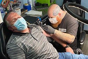 扎克·布朗接受沃尔夫发起的纹身挑战