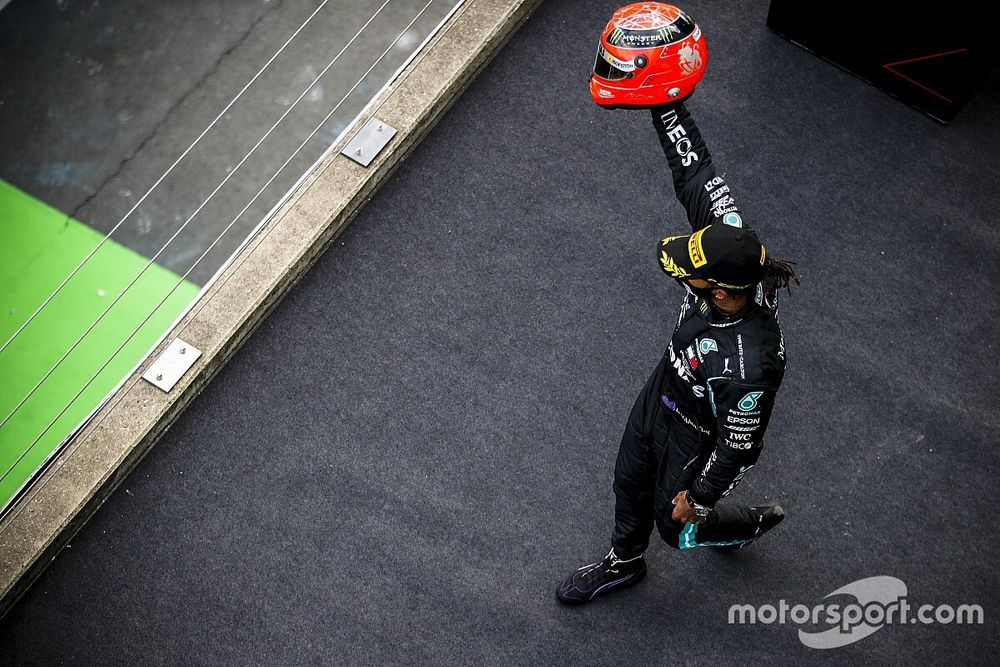 VIDEO: Vereerde Hamilton krijgt helm Schumacher na evenaring record