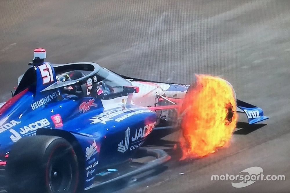 VÍDEO: 500 Milhas começa com fogo e explosão em disco de freio e piloto no muro