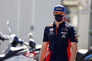 """Verstappen grapt: """"Pakken hier met halve seconde verschil de pole"""""""
