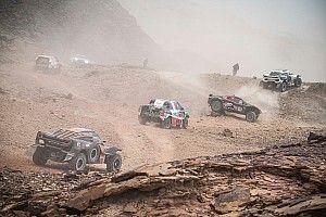Sainz limita daños tras una jornada caótica en el Dakar