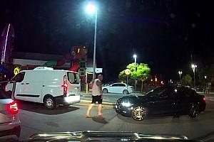 Videó: Átsétált a dugóban a barátnőjére dudálós BMW-shez a sofőr