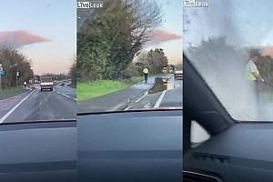 Videó: Szándékosan hajtott a rendőr melletti pocsolyába egy autós