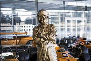McLaren onthult standbeeld Bruce McLaren op vijftigste sterfdag