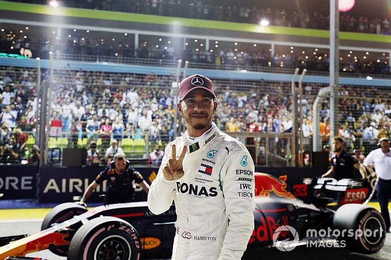 Hamilton da el golpe con una pole