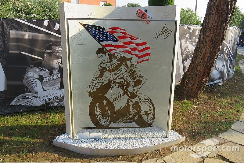 In beeld: Monument ter nagedachtenis aan Nicky Hayden onthuld