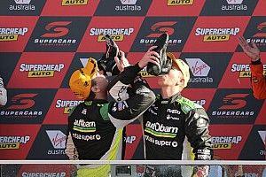 Лаундес выиграл Bathurst 1000 после того, как у его главного соперника свело ногу