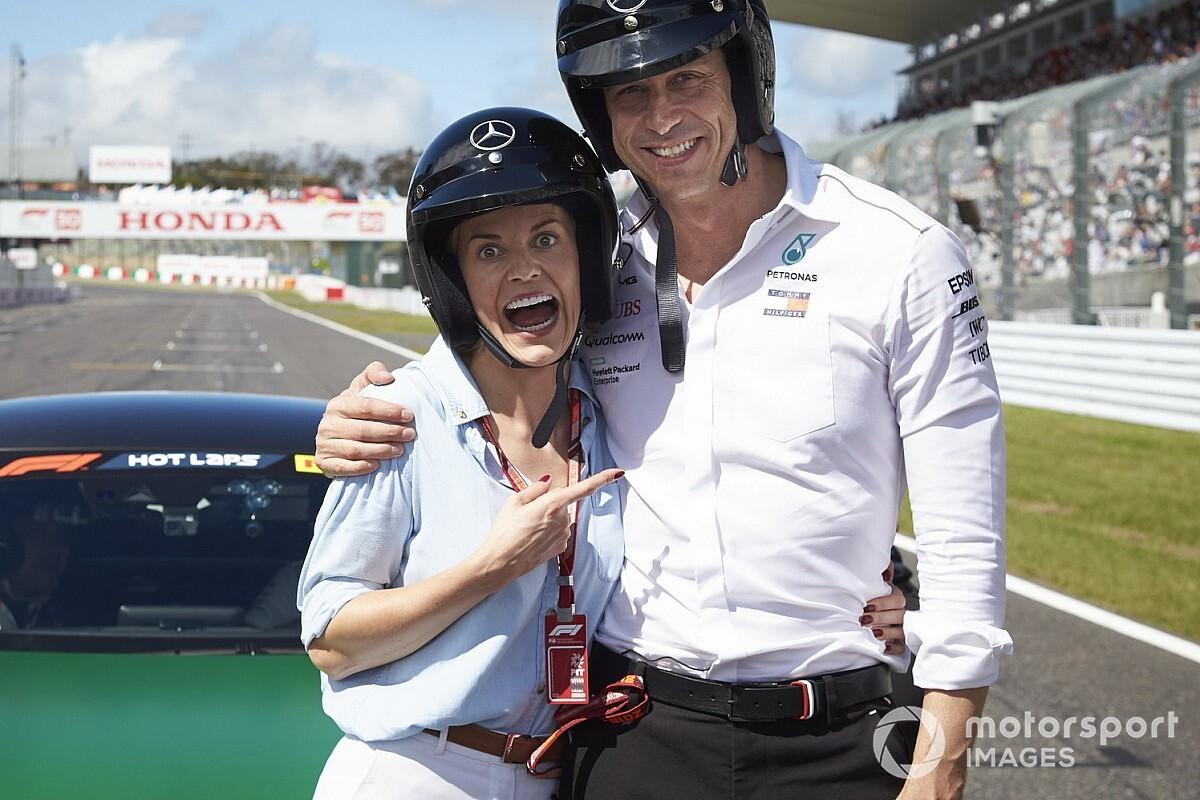 Вольф с женой и главный конструктор Mercedes катнули на самокатах – и сразу стали мемом!