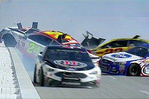 VÍDEO: Acidente na NASCAR envolve 18 carros e 2 capotagens