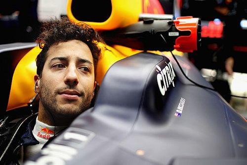 Pérez e Ricciardo são advertidos por atraso em cerimônia