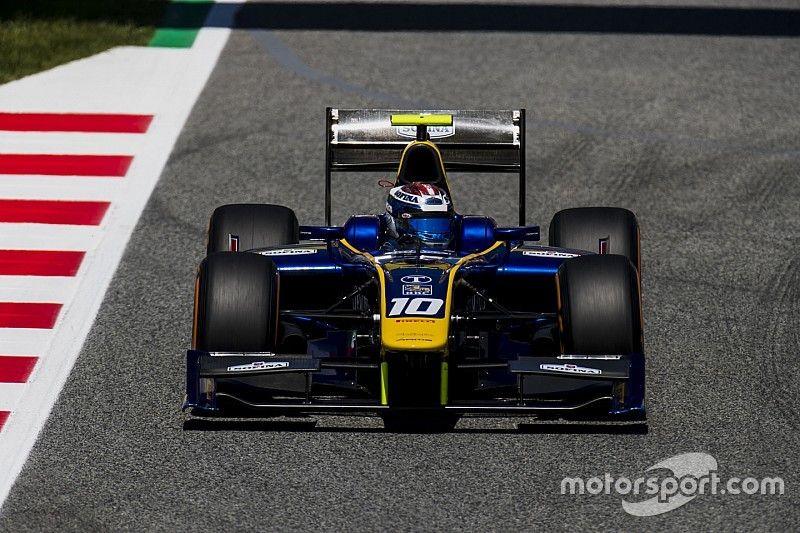 Лидер гонки Ф2 в Испании проиграл из-за отлетевшего в шлем зеркала