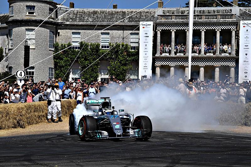 Video: Bottas voelt kampioensauto Rosberg aan de tand op Goodwood