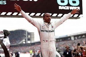 Hamilton overleeft regen en wint in Duitsland, leider Vettel crasht