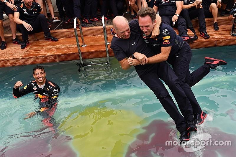 Red Bull Racing устроила костюмированную вечеринку по мотивам фильмов 80-х