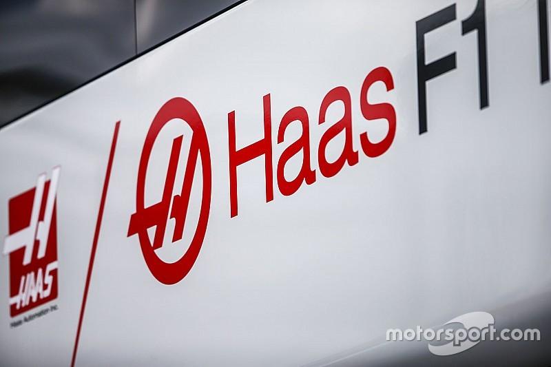 Megérkeztek a Haas fekete-arany kamionjai az F1-es tesztre