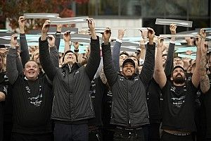 VIDEO: Mercedes arma fiesta para honrar a Hamilton