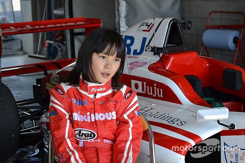 13 éves japán lány kap F4-es ülést