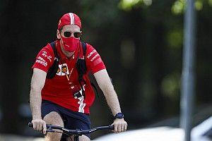 Hamilton miatt vár ki új szerződésével Vettel?