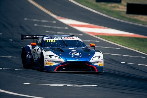 Újabb Aston Martin tört rommá a 12 órás versenyen (videó)