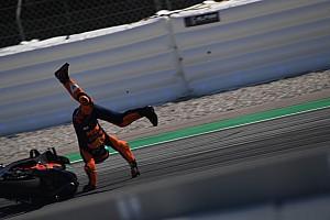 Fotostrecke: Sturz von KTM-Pilot Pol Espargaro beim MotoGP-Test in Barcelona