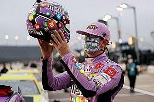 Чемпион NASCAR выбил соперника с трассы. Тот показал ему средний палец