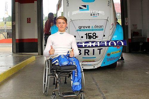 مونغر يقود أول سيارة سباق له بعد الحادثة