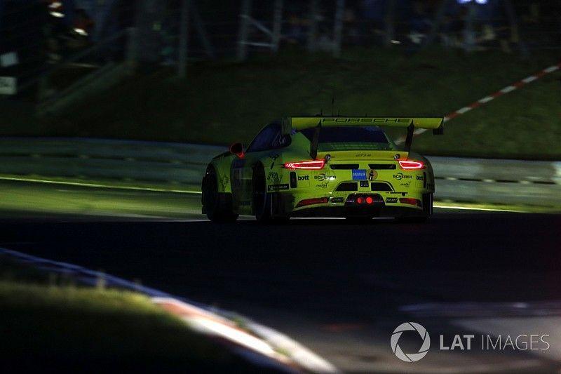 24 uur Nürburgring: Dumas crasht in leidende Manthey Porsche