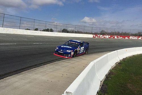 Marcos Gomes quebra recorde de pista em teste na NASCAR