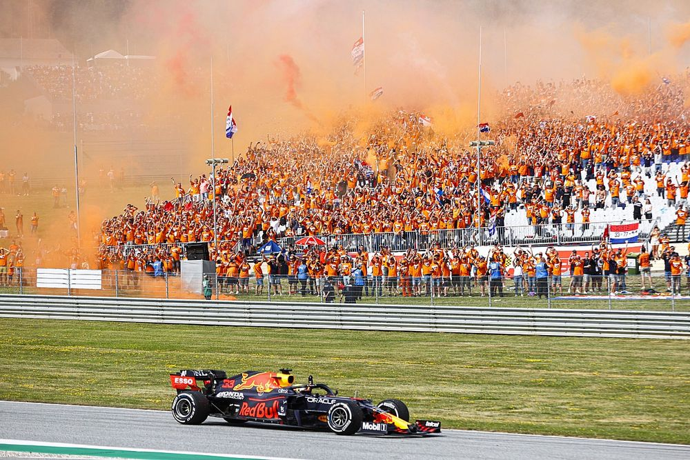 Mercedes daleko za Red Bullem