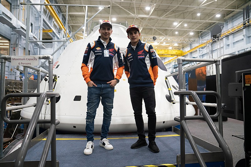 """Marc Marquez e Jorge Lorenzo """"astronauti"""" per un giorno: eccoli in visita alla NASA"""