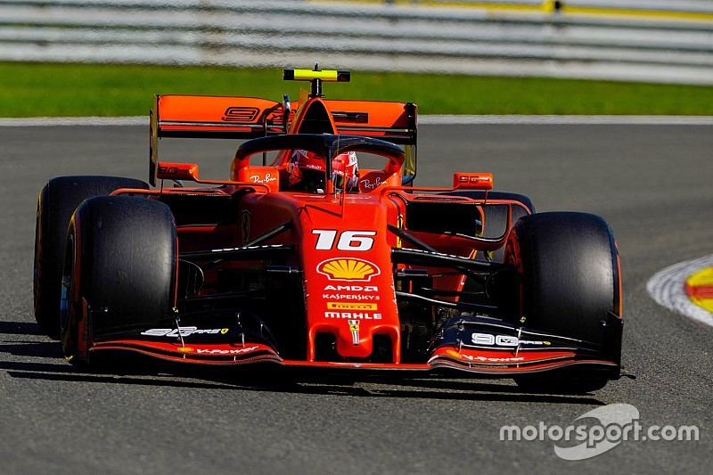 Leclerc ook bovenaan in derde training, zware crash Hamilton