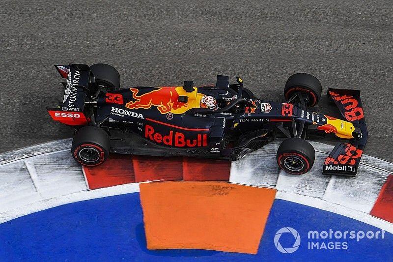 Verstappen ruim sneller dan concurrentie op eerste dag in Rusland