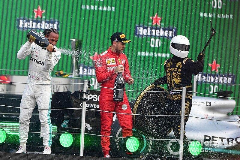 """Vettel ne ha per tutti, dal ragazzo selfie ai trofei """"di m..."""""""