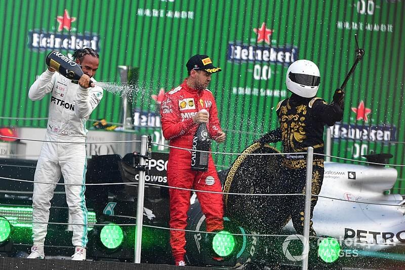 Vettel kiakadt a sz*r trófeák és a szelfiző kabalaember miatt a dobogón (videó)