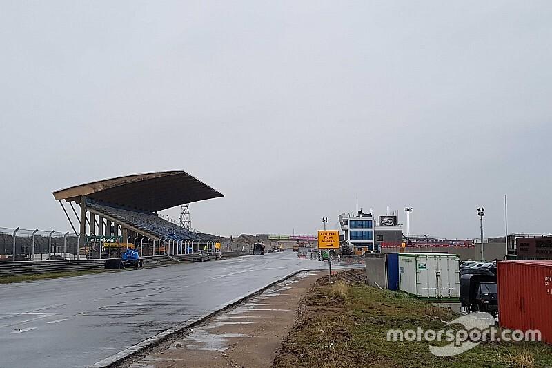 Kezd F1-es pályára hasonlítani Zandvoort – így áll most! (videó)