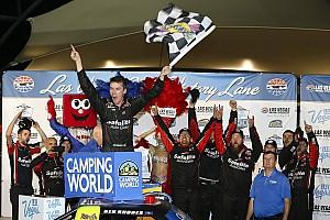 NASCAR Truck Relato da corrida Rhodes conquista primeira vitória na NASCAR, em Las Vegas