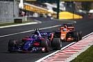 Sainz destaca aprendizado em batalhas na pista com Alonso
