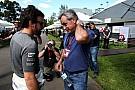 Fernando Alonso aplaude a Carlos Sainz