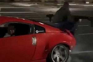 Videó: Jó poénnak tűnt menet közben a kocsi hátulján ülni, a spoilernek nem tetszett