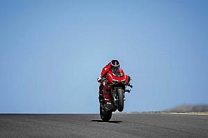 Videó: Ilyen, amikor 300 km/h felett húzod neki a Ducati Panigale V4 Superleggerával