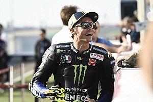 """Hamilton a MotoGP nyitóhétvégéjén Katarban: """"Őrült lenne Rossival egy pályán motorozni"""""""