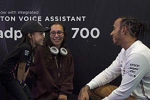 Hamilton piège ses fans au Mercedes-Benz World