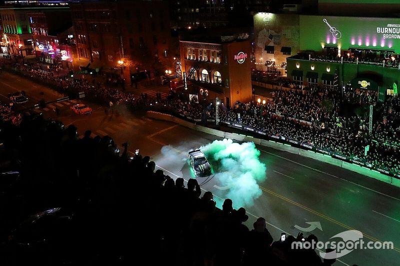 Carros da Corrida das Estrelas da NASCAR devem ter iluminação na parte inferior