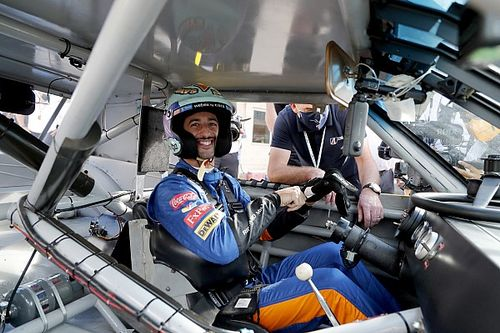Galéria + videó: így futtatta meg Dale Earnhardt autóját Ricciardo