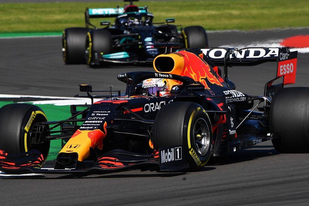 Zware crash Verstappen in Britse GP na contact met Hamilton