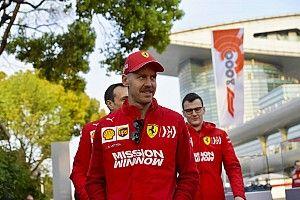 Amikor Hamilton szelfit kér Vetteltől: a nap jelenete